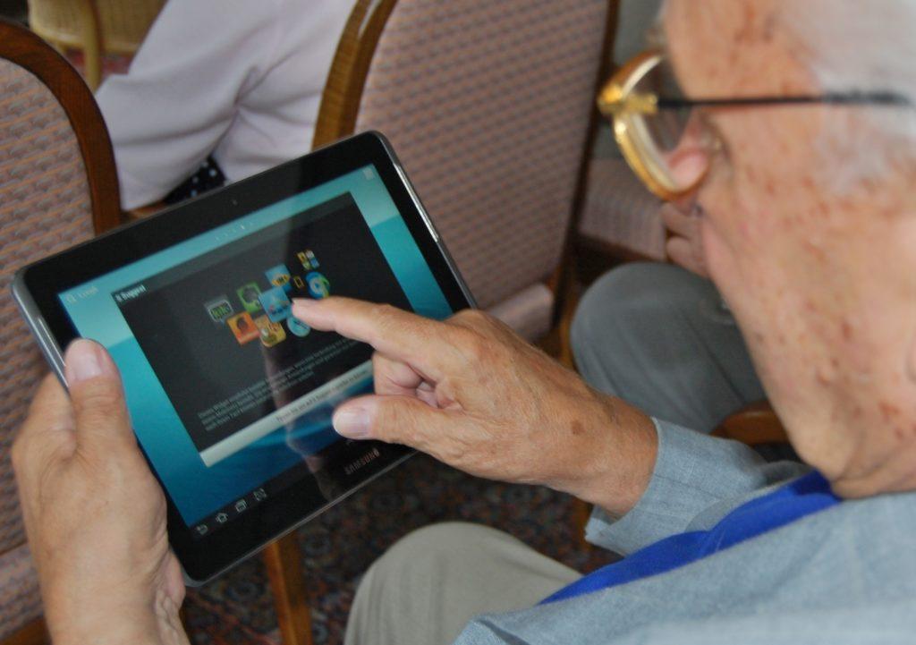 FederAnziani Calabria dona tablet ad anziani e bimbi per la didattica