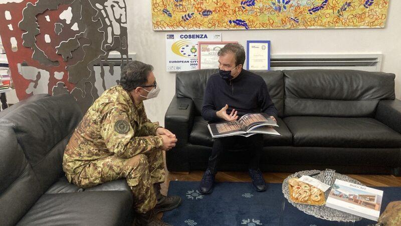 Il nuovo direttore dell'Ospedale militare da campo in visita a Palazzo dei Bruzi