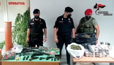 Armi e droga nella fattoria, arrestati padre e figli
